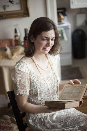 ojos llorando: Retrato de una mujer joven muy feliz en un vestido de novia blanco, cosecha, leyendo un libro