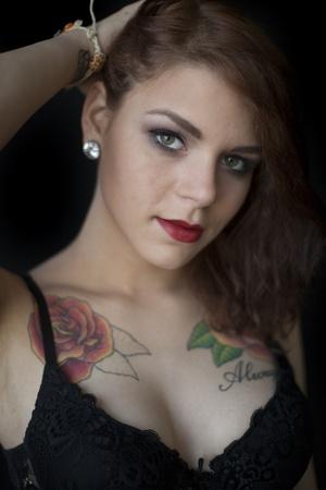 tatouage sexy: Portrait d'une belle jeune femme dans un soutien-gorge noir et culotte.