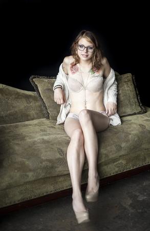 tatouage sexy: Portrait d'une belle jeune femme en soutien-gorge et culotte.