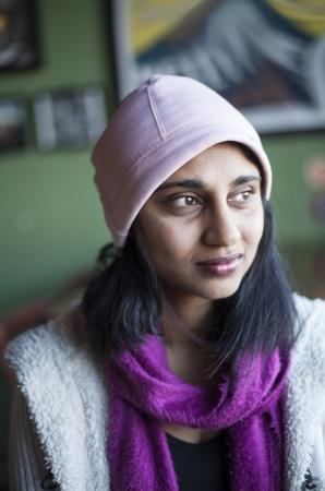černé vlasy: Portrét krásné indické ženy s hnědýma očima a černými vlasy.