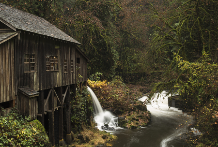 An autumn view of the Cedar Creek Gristmill outside of Woodland, Washington. 版權商用圖片