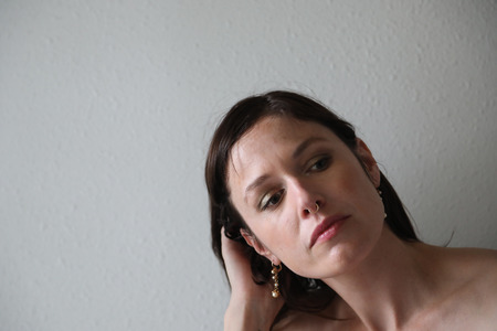 ojos verdes: Foto de una mujer muy atractiva con el pelo marrón, anillo de la nariz y los ojos verdes.