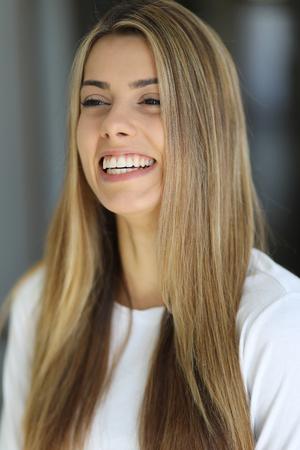 ojos marrones: Foto de una mujer rubia muy atractiva con sonrisa hermosa en una tapa blanca. Foto de archivo