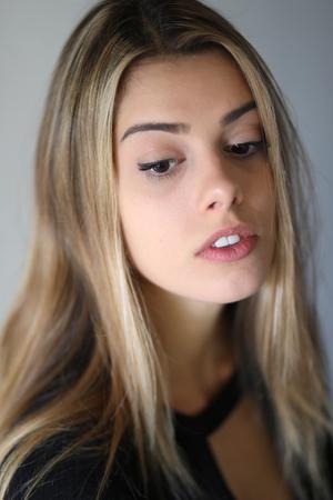 Foto von einem sehr attraktive blonde Frau mit schönen braunen Augen in einem schwarzen Top. Standard-Bild