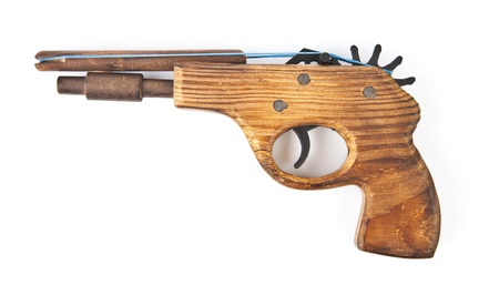 flint gun: pistola de juguete de madera, sobre un fondo blanco