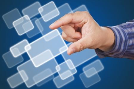 evaluating: manos del hombre de negocios, tocando un bot�n en el fondo azul