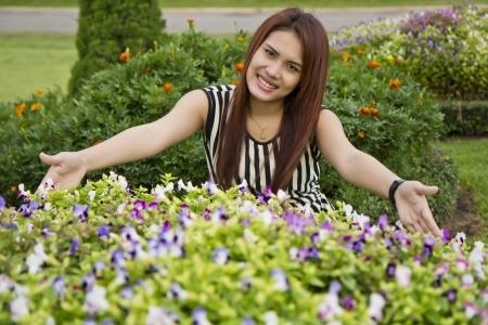 stay nice: Mujeres asi�ticas hermosas estaba de vacaciones en el parque de una estancia agradable.