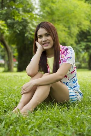 stay nice: Mujeres asi�ticas hermosas estaba de vacaciones en el parque de una estancia agradable