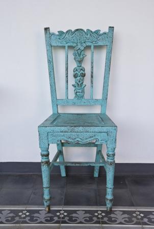 silla de madera: Silla de madera vieja azul, en el suelo de baldosas.
