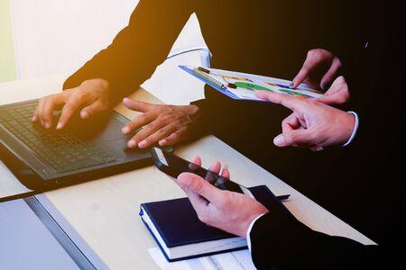 reuniones empresariales: La gente de negocios que trabajan en el sitio de la oficina y mirando a los informes financieros información a fondo jefe concepto de la textura de lectura.