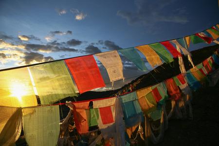 Boeddhisme Tibetaanse vlaggen op een berg in China