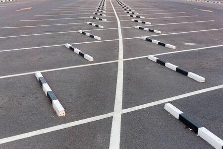 Witte lijnen Lege parkeerplaats
