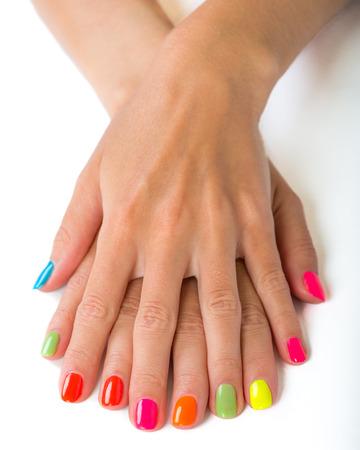 manicura: manos de la mujer con la manicura brillante