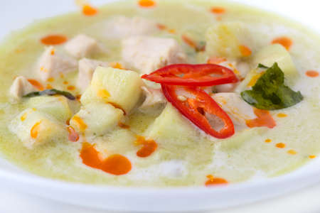 sopa de pollo: Pollo al curry verde sobre fondo blanco