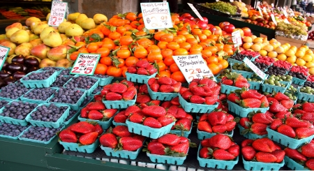 campesino: Frutas frescas en el Mercado Pike Place, Seattle