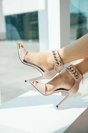 Beautiful legs of woman wearing high heel indoors. 免版税图像 - 150641860