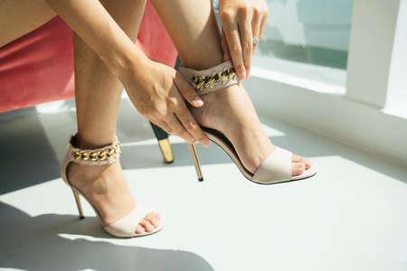 Beautiful legs of woman wearing high heel indoors. 免版税图像 - 150641802