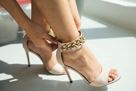 Beautiful legs of woman wearing high heel indoors. 免版税图像 - 150641808