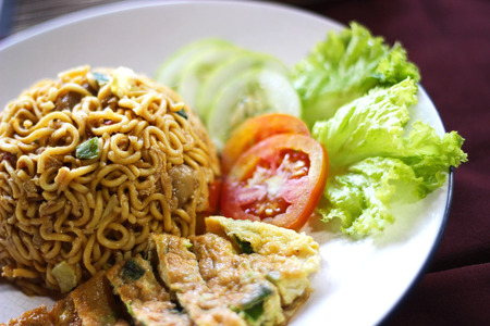 fried noodle: fried noodle with omelete and lattuce on platter