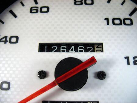Een macro opname van een snelheidsmeter andamp, versterker, kilometerstand van een auto. Stockfoto