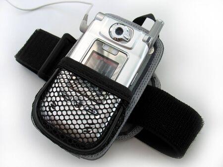 holster: Un brazalete  funda para un tel�fono celular que reproduce mp3  's.  Foto de archivo
