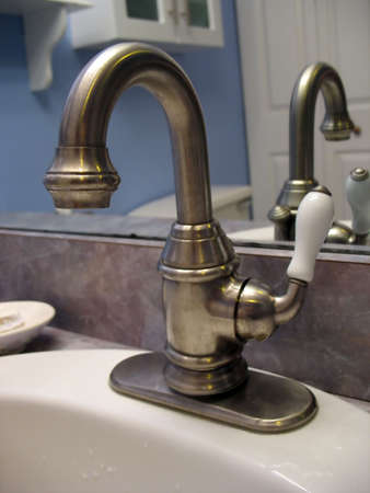 bathroom faucet: Un muy bonito cuarto de ba�o grifo - completa con la cerveza de grifo manejar el estilo para ajustar el caudal.  Foto de archivo