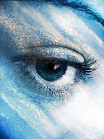 madre tierra: Un hermoso concepto abstracto ojo en un tono azul cielo.  Foto de archivo
