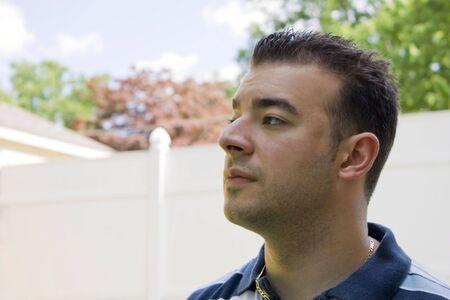 �spiked: Un hombre joven italiano con el pelo de pinchos fuera en el patio trasero.
