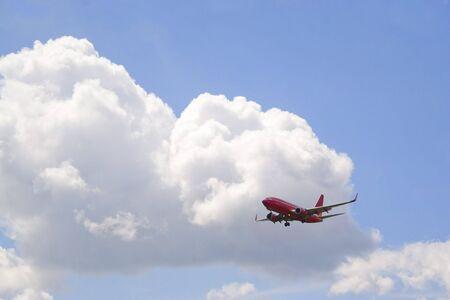 その土地に降下の商業旅客機です。