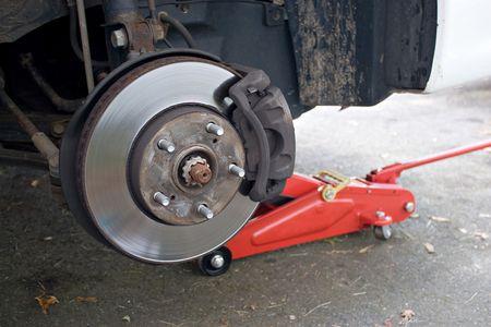 Closeup detalle de la rueda de montaje en un moderno automóvil. La llanta se quita la parte delantera que muestra rotor y la zapata.