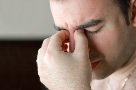 Un jeune homme qui a un intense mal de tête. Banque d'images - 3703511
