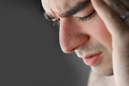 male headache: Un joven que tiene un intenso dolor de cabeza. Foto de archivo
