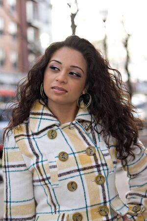 Una mujer india bonita con el pelo rizado de color marrón que presentan al aire libre. Foto de archivo - 4046620