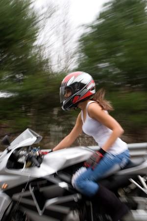 batidora: Resumen borroso de una chica linda de conducir una motocicleta a velocidades de autopista.