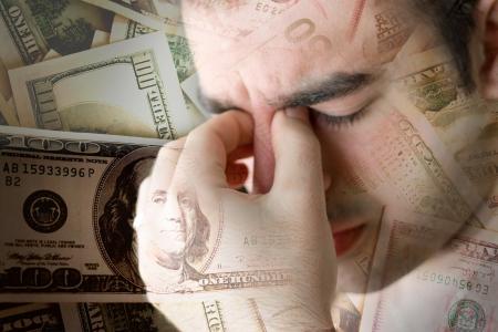Ten młody człowiek ma doświadczenia intensywnego stresu w czasie koniunktury gospodarczej lub innych trudności finansowe.