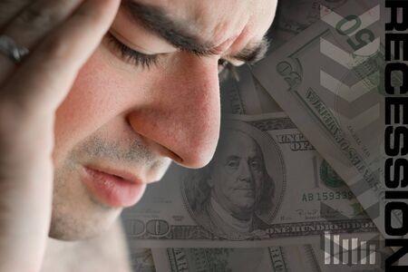 ontbering: Deze jonge man is ervaring intense spanning gedurende een tijd van economische neergang of andere financiële problemen. Stockfoto