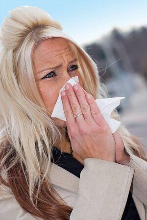 allerg�nes: Cette jeune femme �ternuements dans un tissu ou un tr�s mauvais rhume ou les allergies.