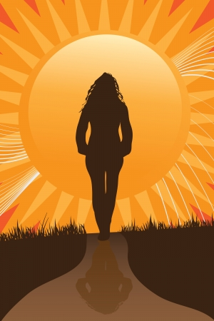 Una mujer camina un camino hacia la puesta del sol, mientras que pensar en algo importante que está en su mente.