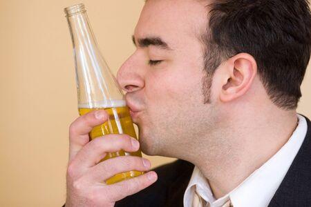 beso: Este joven hombre de verdad ama a beber cerveza.