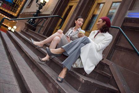 Deux femmes ayant une activité occasionnelle de discussion ou de réunion dans la ville. Banque d'images - 4463833