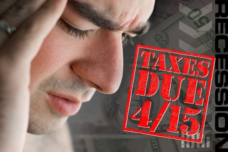 A man has intense stress over how he is going to pay his taxes during a time of economic downturn. Imagens