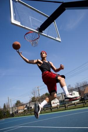 フープに運転若いバスケット ボール プレーヤー。