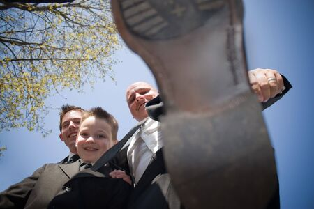 decide: Un groomsman en una fiesta de bodas decide pisar sobre el fot�grafo. Esto podr�a ser utilizado para una variedad de conceptos. Foto de archivo