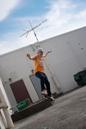 Retrato de un joven skater realizando un truco en un entorno urbano. Foto de archivo - 5094524
