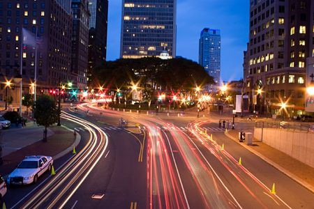 El centro de Harford Connecticut durante las horas de la noche. Lapso de tiempo la fotografía muestra la luz los senderos de los coches de la velocidad de obturación lenta.
