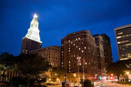 El centro de Harford Connecticut durante las horas de la noche. Esta es la capital del estado.