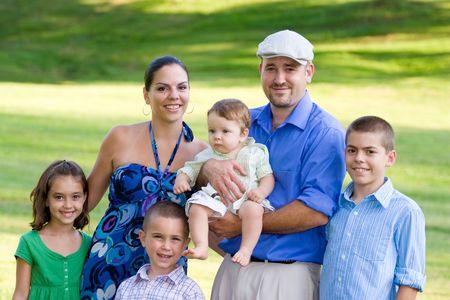 Portret van een aantrekkelijke jonge gezin met vier kinderen. Stockfoto