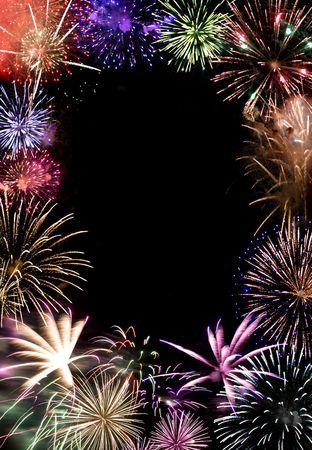 아름 다운 불꽃 놀이 어두운 밤 하늘에 센터에서 복사본 공간을 통해 폭발. 인사말 카드 또는 광고 레이아웃으로 효과적입니다.