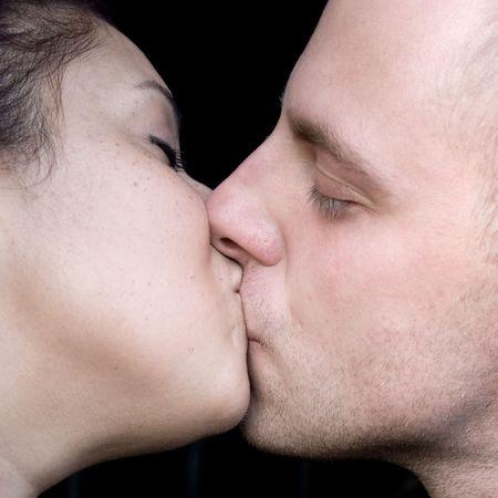 ciascuno: Una giovane coppia di baciare reciprocamente.  Archivio Fotografico