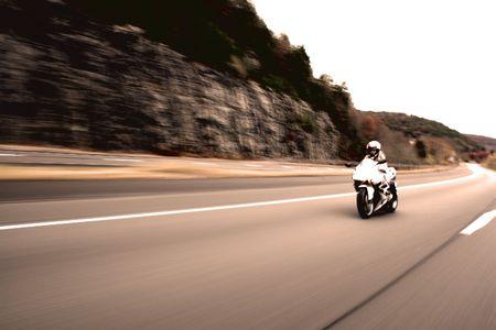 motorrad frau: Abstrakt Unsch�rfe ein h�bsches M�dchen, die ein Motorrad mit Fahrgeschwindigkeiten in Sepia-Ton zu fahren.  Lizenzfreie Bilder